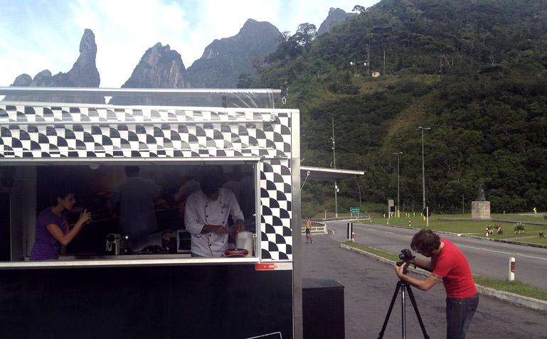 Brener filmando do lado de fora e Carol fotografando do lado de dentro do trailer