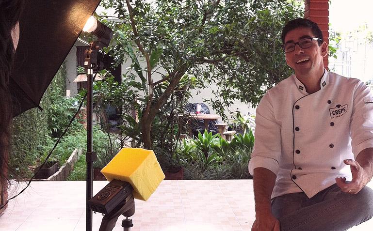 O chef Fabrício dando entrevista