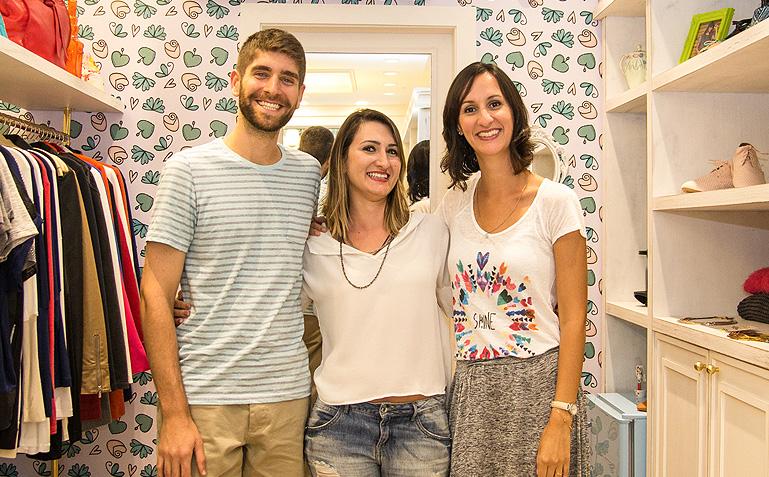 O casal Melina e Raphael todo contente com a empreendedora Fefê - Foto Carol Lá Lach