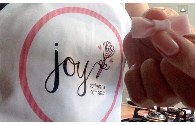 Foto da Joy usando o avental